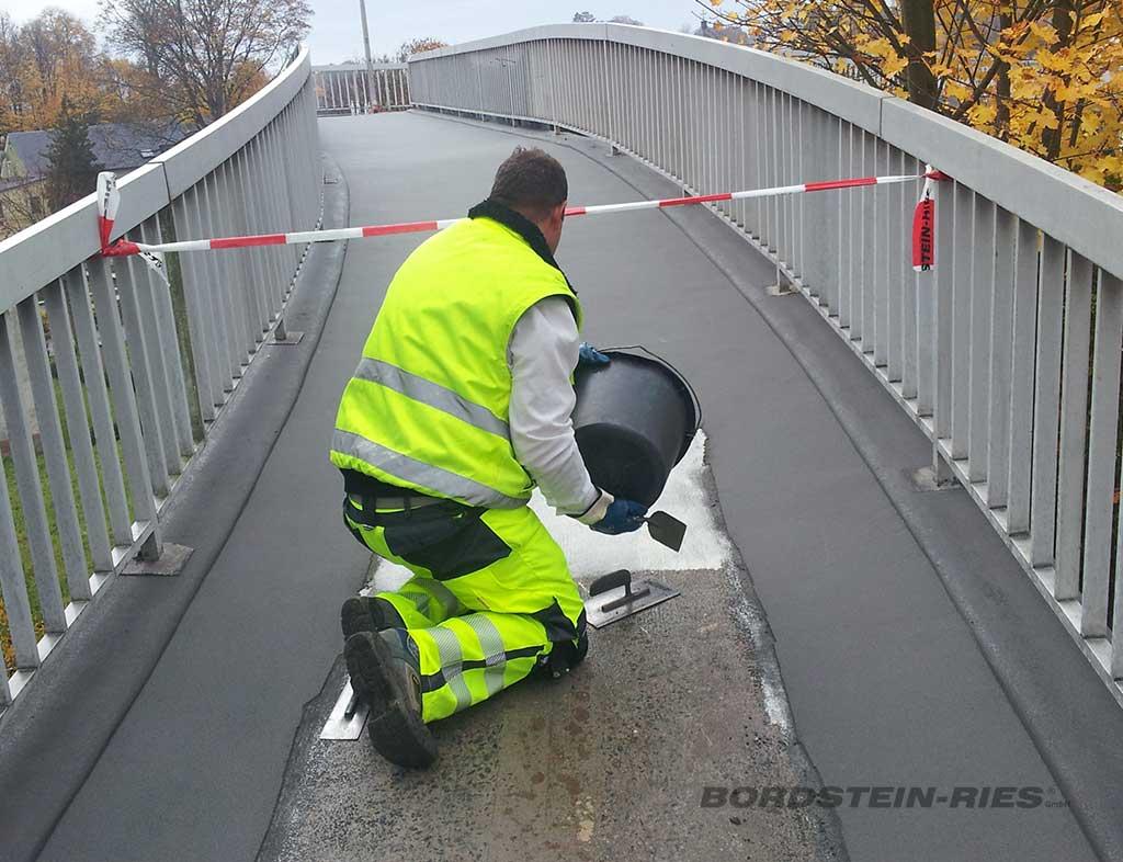 Brückensanierung über Bahntrasse während Sanierung