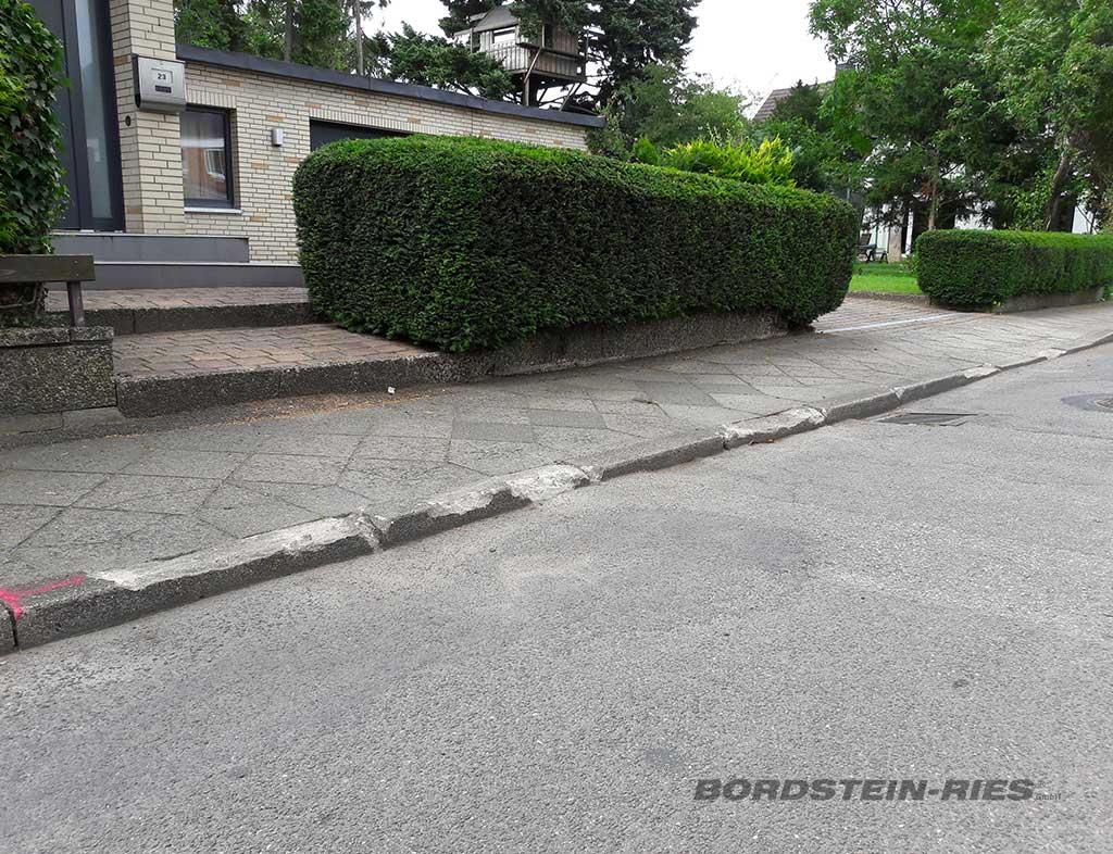 Bordsteinsanierung eines Strassenzugs vor Sanierung