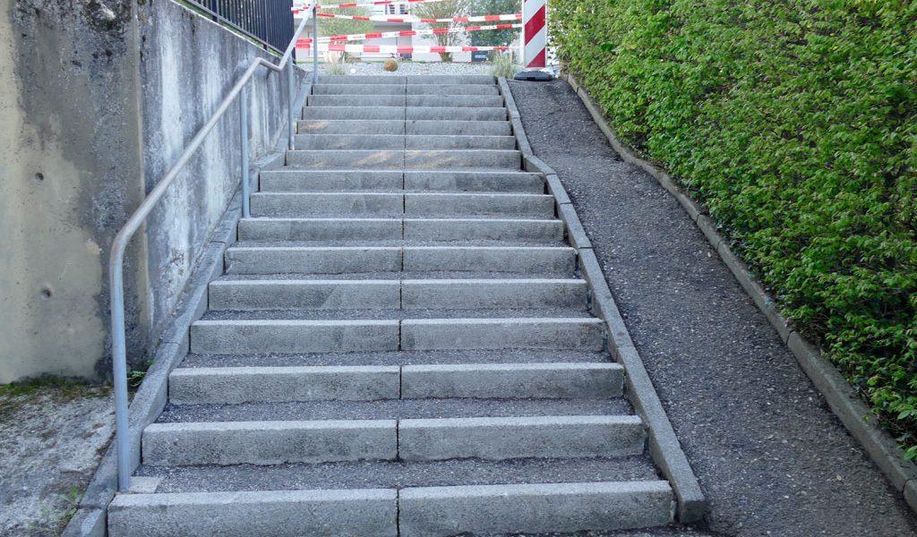 Treppensanierung mit Fahrradlauf vor Sanierung