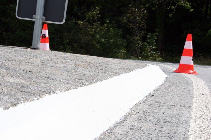 Reflexionsbeschichtung von Verkehrsinseln und Querungshilfen