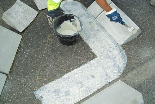 Verkleben von Bordsteinen, Inselsteinen oder Querungshilfen zur Verkehrsberuhigung