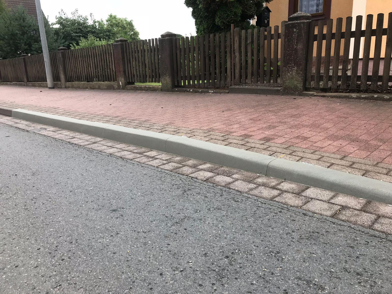 Sanierung Manöverschaden am Bordstein und Strasse, Gehweg